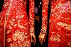 asile-art-2: Chine: A travers le Miroir Le Metropolitan Museum of Art Cette exposition explore l'impact de l'esthétique chinoise sur la mode occidentale et comment la Chine a alimenté l'imagination à la mode depuis des siècles.  Dans cette collaboration entre The Costume Institute et le Département de l'art asiatique, la haute couture est juxtaposé avec des costumes chinois, peintures, porcelaines, et tout autre art, y compris les films, pour révéler des reflets enchanteurs de l'imagerie…