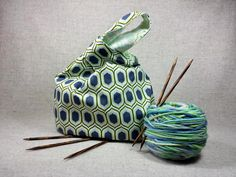Projekttasche mit grafischen Mustern, innen Blumen und Ranken, grün, natur, gray, Wendetasche, Tasche fürs Strickzeug, Häkeln