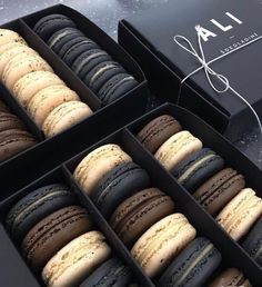 26 Unique christmas macaroons Perfect For The Holidays : Page 2 of 25 : Creative Vision Design Christmas Macaroons Macaron Packaging, Bakery Packaging, Kreative Desserts, Macaroon Cookies, Think Food, Macaron Recipe, Cafe Food, Food Goals, Aesthetic Food