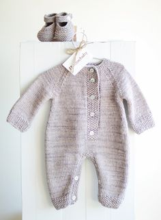 With footies and handsies part of the design Knitting For Kids, Baby Knitting Patterns, Baby Patterns, Knitted Baby Clothes, Knitted Romper, Diy Bebe, Romper Pattern, Baby Pants, Baby Sweaters