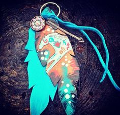 Saddle feather by Cowboyjunkiedesigns on Etsy Barrel Saddle, Leather Tooling, Leather Keyring, Leather Bracelets, Western Horse Tack, Rodeo Queen, Horse Gear, Feather Design, Horse Saddles