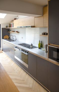 Modern Kitchen Interior Remodeling A stainless steel worktop can bring in the little extra sparkle. The splashback… Home Decor Kitchen, New Kitchen, Kitchen Interior, Home Kitchens, Kitchen Ideas, Stainless Steel Kitchen Cabinets, Kitchen Cupboards, Stainless Steel Countertops, Kitchen Sink