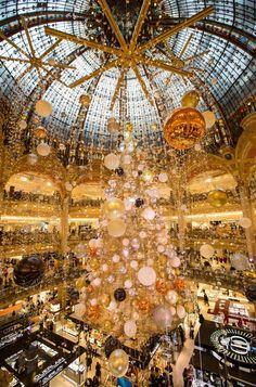 Párizs - The Galeries Lafayette pláza. Christmas In Paris, Magical Christmas, Simple Christmas, Christmas And New Year, Christmas Time, Cute Snowman, Christmas Snowman, Snowmen, Lafayette Paris
