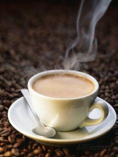 Tazza di caffè fumante su chicchi di caffè Stampa fotografica