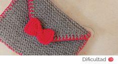 Volvemos a utilizar los colores fluorescentes en nuestras labores. Hoy hemos elegido el rosa y vamos a enseñaros cómo tricotar un bonito sobre cartera. Es facilísimo de hacer, cómodo y práctico. VAS A NECESITAR: Lana Caricia Sport COL Nº 042 Y COL Nº 113. Agujas tricotar Nº 4,5 mm. y Nº 4 mm. Aguja lanera. [...]