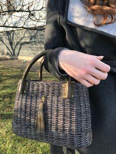 Rattan Basket, Basket Bag, Wicker, Baskets, Newspaper Art And Craft, Backpack Bags, Tote Bag, Tie Dye Crafts, Paper Weaving