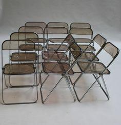"""Giancarlo PIRETTI (XX) Série de 12 chaises """"Plia"""", Castelli Piétement en aluminium, assise et dossier en plexiglas fumé 75 x 47 x 50,5 cm - Millon & Associés - 10/10/2015"""