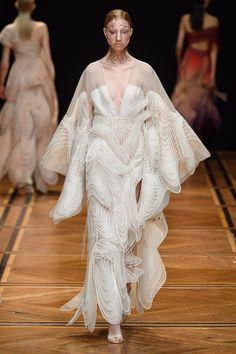 Iris van Herpen Spring 2019 Couture Fashion Show - Vogue Couture Week, Spring Couture, Style Couture, Haute Couture Fashion, Iris Van Herpen, Vogue Paris, Fashion Design Inspiration, Mode Inspiration, Fashion Week Paris