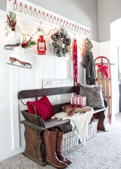 Amazing 35 Unordinary Farmhouse Christmas Entryway Design Ideas For The Amazing Looks