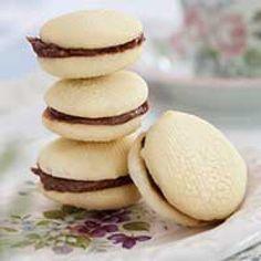 De här favoritkakorna smälter i munnen, men som hörs på namnet, är inte för den som undviker smör. Cookie Desserts, Cookie Recipes, Swedish Cookies, Grandma Cookies, Yummy Treats, Yummy Food, Pumpkin Dessert, Food Cakes, Cake Cookies