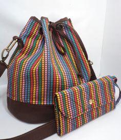 Bolsa bucket confeccionada em tecido de algodão dublado e brim. Possui alça…