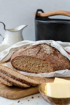 Ai jösses, notta on hyvää! Siis tämä ruisleipä. Ihan tajutonta. Täydellisen rapea kuori ja sisältä kuitenkin mukavan pehmeä. Mikan suunnitelmat siis toimivat, sillä padassa saa tehtyä myös täydellisen ruisleivän. Kaikenlaiset pataleivät ovat nyt näyttäneet ottavan... Rye Bread Recipes, No Salt Recipes, Wine Recipes, Finnish Rye Bread Recipe, Finnish Recipes, Savory Pastry, Savoury Baking, Bread Baking, Sandwich Cake