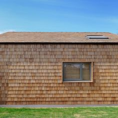 Always specify Certigrade Western Red Cedar Shingles for quality assurance. 1 Grade Blue Label Western Red Cedar Shingles are the premium grade suitable for high-end roof wall cladding applications. Cedar Cladding, Exterior Cladding, Cedar Shingles, Cedar Siding, Wooden Architecture, Architecture Design, Cedar Roof, Western Red Cedar, Facades