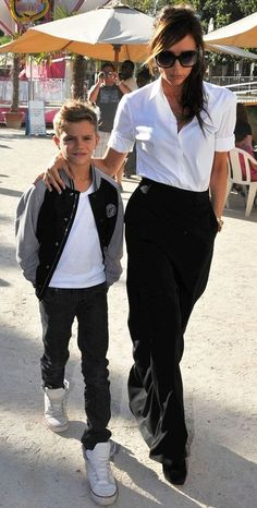 Romeo Beckham certainly held his own as he accompanied his super stylish mum Victoria on a fashion trip to Paris. Victoria And David, David And Victoria Beckham, Victoria Beckham Outfits, Victoria Beckham Style, Mode Outfits, Casual Outfits, Fashion Outfits, Vic Beckham, Mode Ab 50