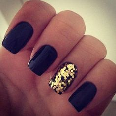 Black nails + gold glitter on one nail. This is so easy to do, you don't even need gold glitter nail polish.just paint your nails black or whatever colour and while it's still wet, shake some glitter onto it Gold Nail Art, Gold Glitter Nails, Gold Sparkle, Black Glitter, Golden Glitter, Gold Sequins, Sparkly Nails, Gold Touch, Blue Sparkles