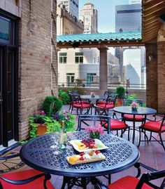 Disfruta de una copa de vino en esta linda terraza con vistas de la ciudad en el New York Marriott East Side.