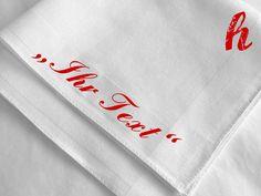 Stofftaschentuch mit frei wählbarem, gesticktem Text (z.B. Initialen, Namen, Hochzeitsdatum, Firmennamen...).  Wählen Sie: 1. Tuch 2. Garnfarbe...