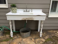 Great outdoor sink from a vintage porcelain sink. Hook up garden hose to outdoor… Great outdoor sink from a vintage porcelain sink. Hook up garden hose to outdoor Outdoor Garden Sink, Outdoor Sinks, Garden Table, Indoor Garden, Outdoor Kitchens, Outdoor Gardens, Potting Bench With Sink, Potting Tables, Free Standing Kitchen Sink