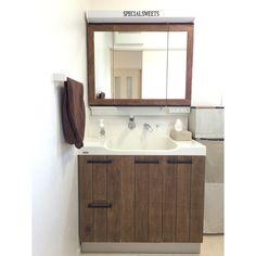 どこにでもある普通の洗面台。使い勝手は悪くないけど、もっとオシャレだったら・・・。なんて思う事はありませんか?今回はよく見かける普通の洗面台を、今流行りの男前にリメイクする方法を紹介します。 Diy Furniture Projects, Apartment Interior, House Rooms, Diy And Crafts, Interior Decorating, Mirror, Bathroom, Home Decor, Furnitures