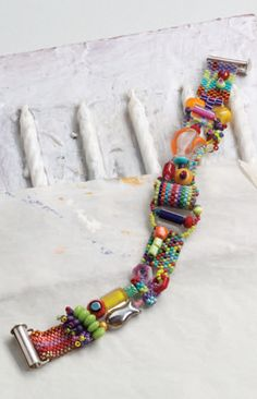 Learn how to make beaded bracelets with vintage beading techniques using this free pattern! #beading #diy