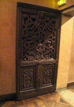 Chateau-Ecouen- Antichambre de Madeleine de Savoie: porte en chêne (ECL 20391)