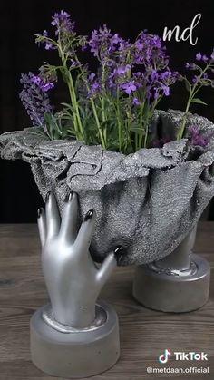 Cement Flower Pots, Diy Concrete Planters, Cement Garden, Cement Art, Concrete Crafts, Concrete Cement, Concrete Furniture, Urban Furniture, Polished Concrete