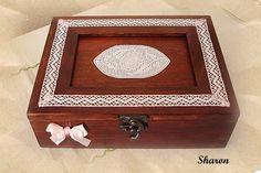 Las manualidades de Sharon: Cajas para infusiones  La tapa decorada con puntilla de hilo y unas perlitas transparentes