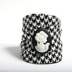 MATERIA - Pulsera confeccionada a mano en lana con estampado de pata de gallo blanco y negro con camafeo central en los mismos colores.