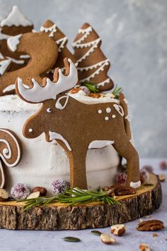 Woodland animal ginger cake - this impressive vegan ginger cake with lemon curd, cream cheese frosting & gingerbread woodland animals is a real showstopper! Gingerbread Decorations, Gingerbread Man Cookies, Sugar Cookies, Christmas Cookies, Vegan Gingerbread, Holiday Baking, Christmas Desserts, Christmas Baking, Flatlay Instagram
