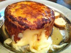 É um grande Camembert empanado. Veja aqui como fazer.