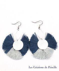 Boucles d'oreilles pompons bleu et gris, sequins argentés par priscillecreations sur Etsy https://www.etsy.com/fr/listing/570187138/boucles-doreilles-pompons-bleu-et-gris