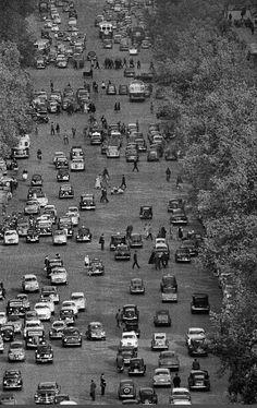 L'avenue des Champs-Elysées, un jour ordinaire... Une photo de © Frank Horvat, 1956  (Paris 8ème)