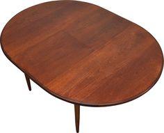 <p>Table en teck extensible vintage G-plan datant des années 1960. Pieds fuselés. 6 places disponibles avec les extensions. Entièrement restaurée, recouverte de plusieurs couches d'huile danoise. 120 cm de diamètre, avec extensions : 168 cm, hauteur : 73 cm.</p>