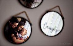 Pentru a reusi sa fotografiezi cuplurile in cel mai creativ mod cu putinta, ideea cea mai buna este sa te folosesti de absolut tot ce vezi in jurul tau. Mai ales suprafete care reflecta lumina. Family Posing, Composition, Polaroid Film, Poses, Mai, Mirrors, Weddings, Figure Poses, Wedding