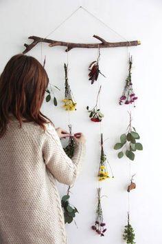 Movil de flores naturales DIY Natural flower garland is part of Diy garland - Autumn Crafts, Nature Crafts, Flower Mobile, Deco Floral, Flower Garlands, Flower Diy, Fall Diy, Classroom Decor, Classroom Board