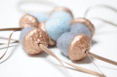 Deko-Objekte - 6 Eicheln Filz Anhänger Filzeicheln kupfer blau - ein Designerstück von FILZFORM bei DaWanda
