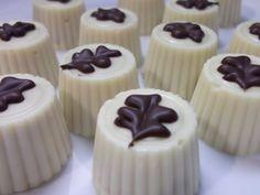 Eva's Smulhuisje: Pralines van witte chocolade met botercrèmevulling verrijkt met kruim van Bastogne-koekjes