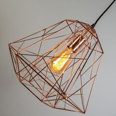 #Pendelleuchte Framework #kupfer - Trendige und hippe Pendelleuchte, die aus dünnem, kupferfarbenem #Metalldraht hergestellt ist. Durch das minimalistische #Design ist das Leuchtmittel sichtbar, was ganz zum aktuellen Trend passt.  #Lampenundleuchten.at #Innenbeleuchtung #Leuchte