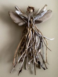 … Driftwood Art Holiday, Driftwood Angels, Angels Crafts, Christmas Twig – Keep up with the times. Twig Crafts, Angel Crafts, Beach Crafts, Nature Crafts, Arts And Crafts, Wooden Crafts, Driftwood Projects, Driftwood Art, Driftwood Wreath