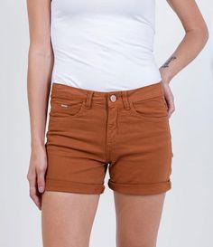 Short feminino  Com bolsos  Passantes na cintura  Fechamento simples  Marca: Marfinno  Tecido: Sarja  Composição: 98% algodão 2% elastano  Modelo veste tamanho: 36               Veja outras opções de    shorts femininos.