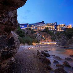 Nur wenige Gehminuten von der schönen Altstadt Dubrovniks entfernt und unmittelbar am Strand gelegen: das Hotel Bellevue Dubrovnik  http://www.ewtc.de/Europa/Kroatien/Hotel/Hotel-Bellevue-Dubrovnik.html#