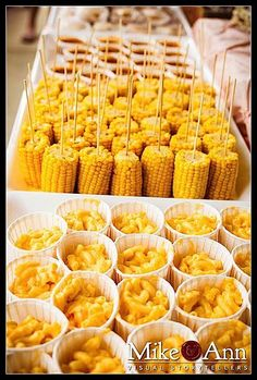 New Wedding Food Buffet Mexican Rehearsal Dinners Ideas BBQ party food - mac & cheese and baked beans in paper cups. Corn cob pieces with stick bbq party food (just the pic, link doesn't go to this) Party Food ideas Best party idea website Free Birthday P Soirée Bbq, Bbq Ribs, Bbq Menu, Barbecue Wedding, Food Menu, Bbq Pork, Snacks Für Party, Wedding Snacks, Easy Wedding Food