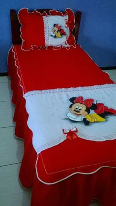 CURSO GRATIS DE MANUALIDADES: APRENDE HACER CUBRE CAMAS PINTADOS DE PRINCESA MUY BONITOS PASO A PASO Baby Girl Car, Fabric Paint Designs, Ribbon Work, Small Quilts, Disney Fun, Sofa Covers, Fabric Painting, Flower Crafts, Baby Quilts
