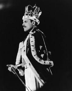 Freddie Mercury vestito da re allo stadio Wembley di Londra, nel 1986. (Dave Hogan/Getty Images)