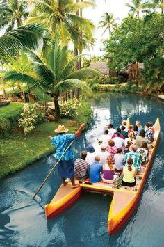 Havaí com as crianças: o arquipélago havaiano é um destino com o qual muitos viajantes sonham para aproveitar suas belas praias com ondas perfeitas para os surfistas e suas belezas naturais em trilhas, vulcões e cachoeiras. O ambiente relaxado e divertido é ótimo para viagens em família, especialmente ao se hospedar no Aulani, resort da Disney na ilha de Oahu, com muitas atrações para adultos e crianças