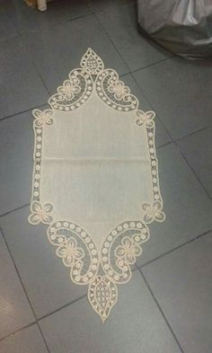 This Pin was discovered by Hat Needle Lace, Needle And Thread, Point Lace, Linens And Lace, Arte Popular, Machine Embroidery Patterns, Lace Making, Cross Stitch Patterns, Macrame