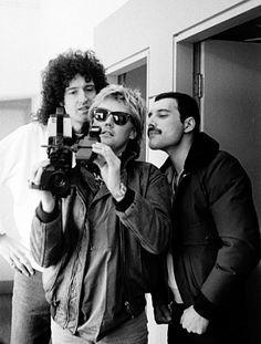 This pic is one of my favorites. Thanks to Simon. John Deacon, Queen Photos, Queen Pictures, Queen Freddie Mercury, Queen Band, Queen Queen, Adam Lambert, Jimi Hendrix, Hard Rock