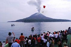 Festival Krakatau diadakan sebagai ajang tahunan untuk mempromosikan potensi wisata Provinsi Lampung. Salah satu tradisi yang dinanti dalam rangkaian acara festival ini adalah Ngumbai Lawok atau tradisi melarung kepala kerbau ke laut.