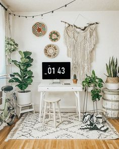 Bohemian Decor // Mid-Century Modern home office design inspiration, plants and string lights always complete the look Bohemian Office, Modern Bohemian Decor, Bohemian House, Bohemian Style, Modern Home Offices, Modern Office Design, Home Office Decor, Home Decor Bedroom, Office Ideas