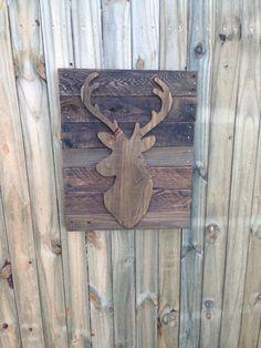 Ce décor de mur de tête de cerf découpé est fabriqué à la main et teinté, en palette de bois recyclées, ce qui donne tout chasseur l'aspect rustique de l'extérieur. Ce signe est fait à la commande, donc chacun est naturellement vieilli et unique. Ils sont expédiés et prêt à être accroché, ce qui en fait un grand cadeau pour toute occasion dans la vie d'un chasseur. -Il s'agit d'une photo, des signes sont fabriqués sur commande et en raison de la qualité du bois, chacun peut varier…